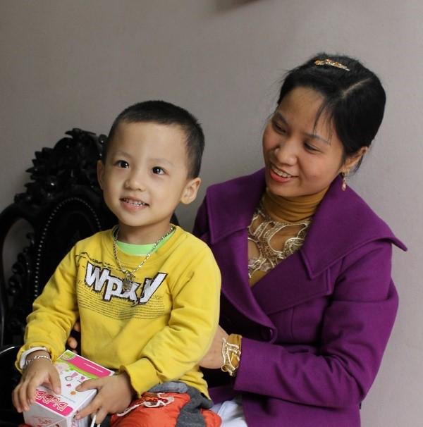 Chị Duyên hạnh phúc nhìn bé Hiếu khỏe mạnh, vui vẻ (Ảnh: Lương Khánh)