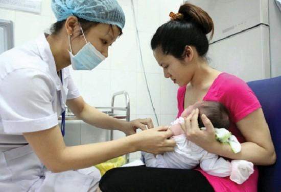 Là một điều dưỡng nên chị Giang rất cẩn trọng khi chăm sóc con trẻ