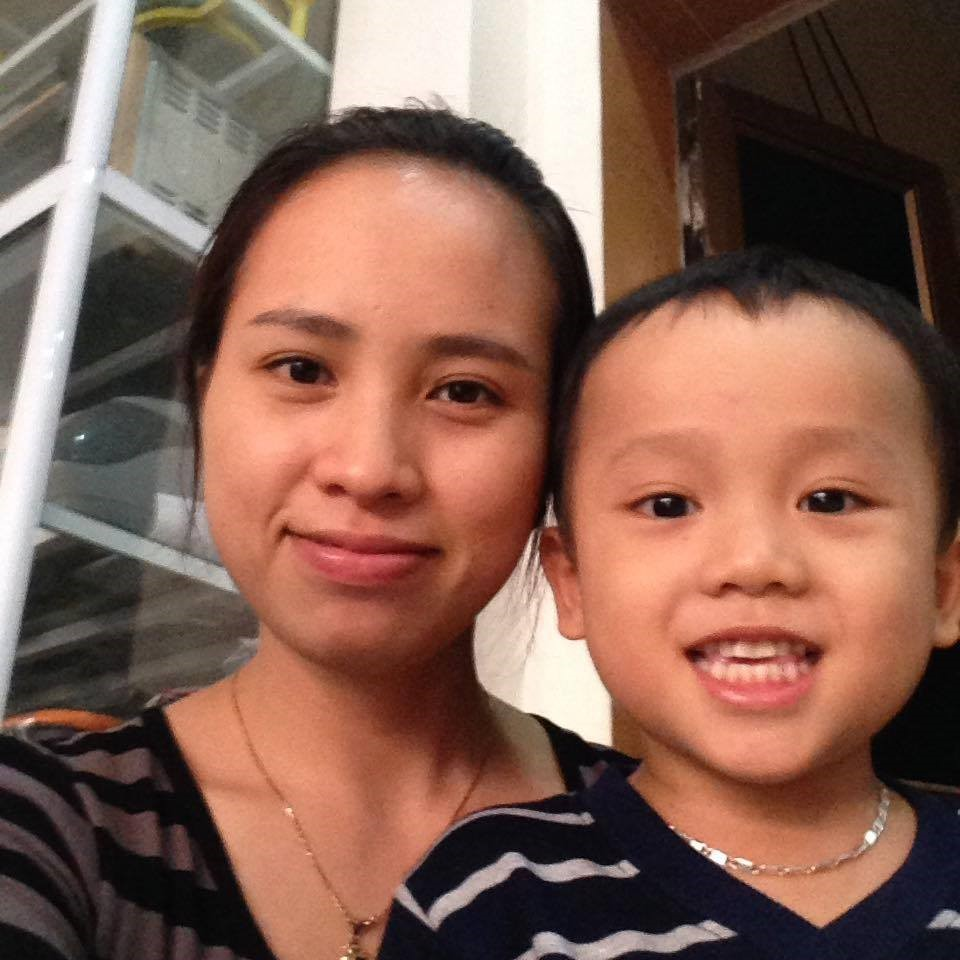 Chị Vân kiên trì tìm đủ mọi cách chữa ho,sổ mũi cho bé Sơn (Ảnh: NVCC)
