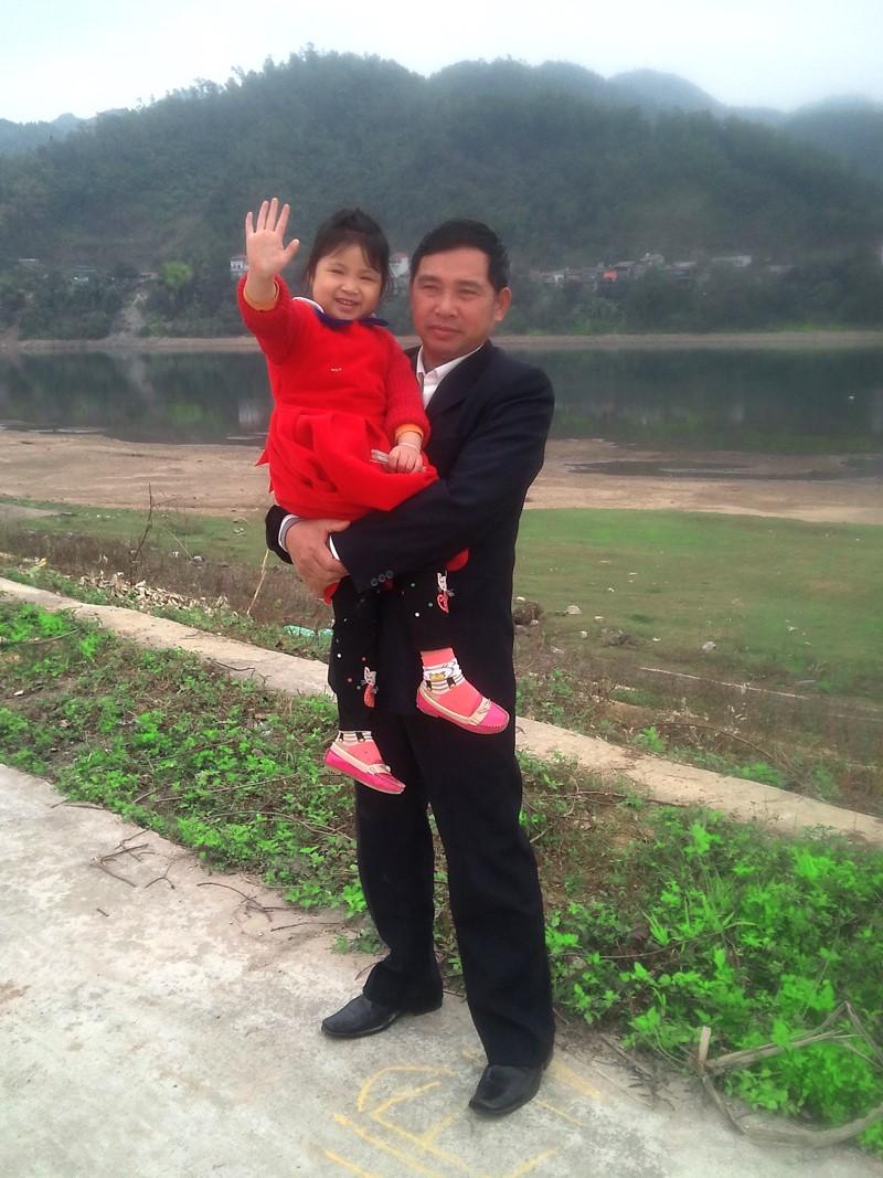 Bé Thu Thủy và ông nội (Ảnh: NVCC)